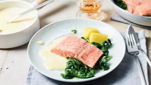 Lachs-Filet auf Blattspinat mit Zitronenschaum-Sauce