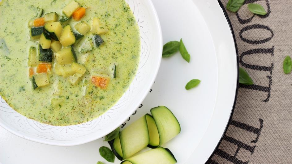Zupa z cukinii ze świeżą bazylią