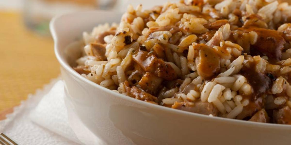 Guiso jugoso de pollo al pimenton con arroz