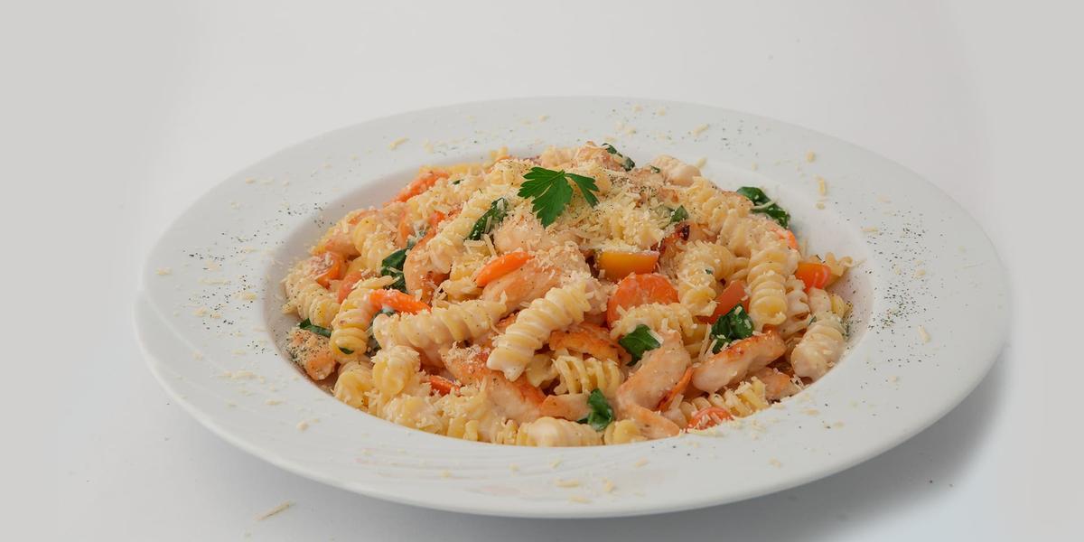 Pasta corta con pollo, espinaca, tomates y zanahoria