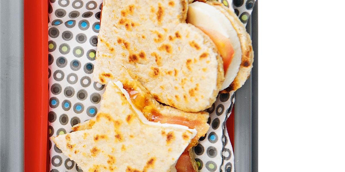 em um recipiente contém dois pães um em formato de coração e o outro em formato de estrela.