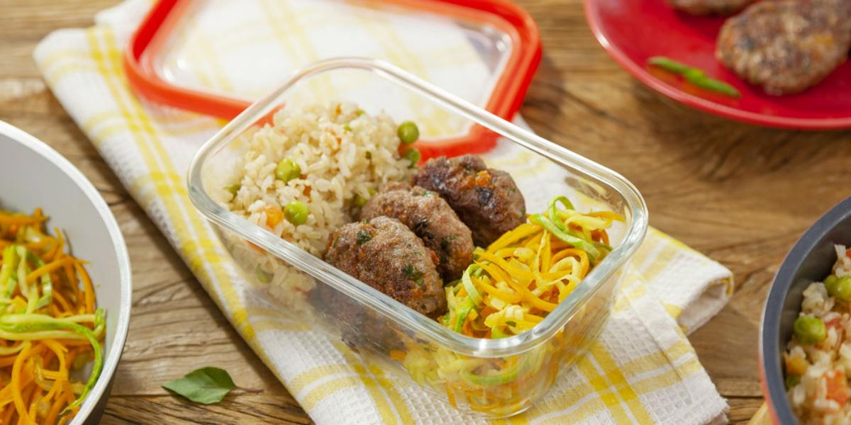 marmita-arroz-integral-tomate-ervilha-macarrao-legumes-minihamburguer-carne-receitas-nestle