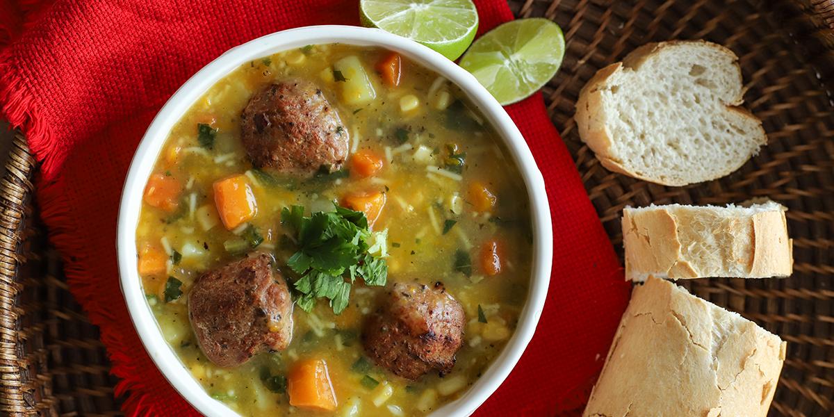Sopa de Vegetales con Albóndigas de Pollo