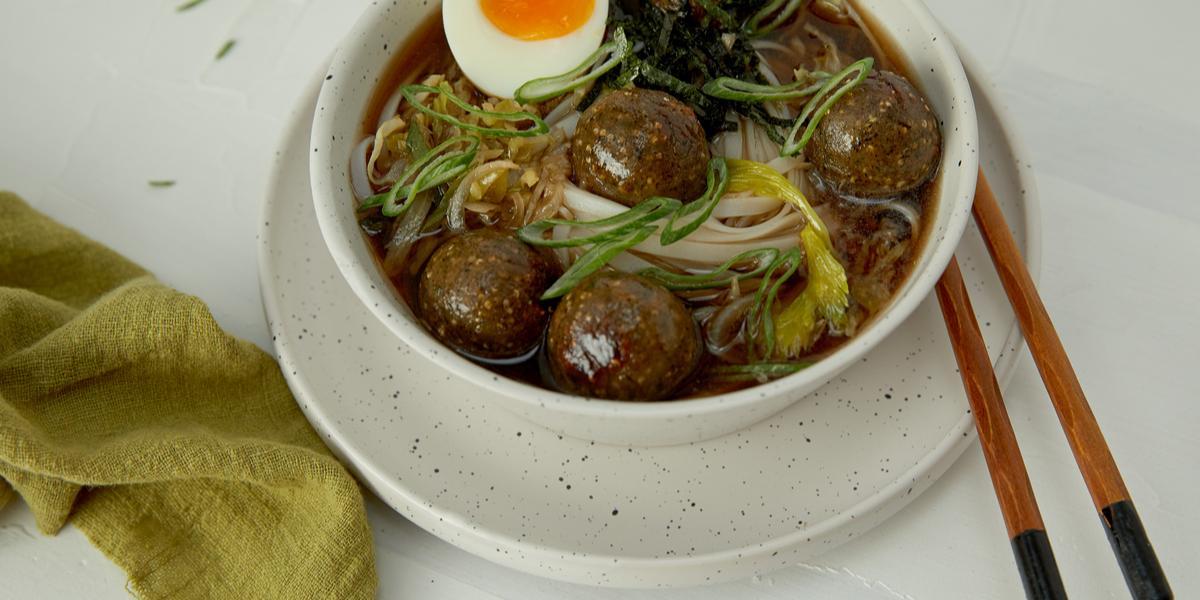 Sopa Oriental de Verduras con Albóndigas