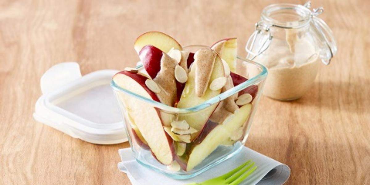 Snack de manzana con crema de queso y canela