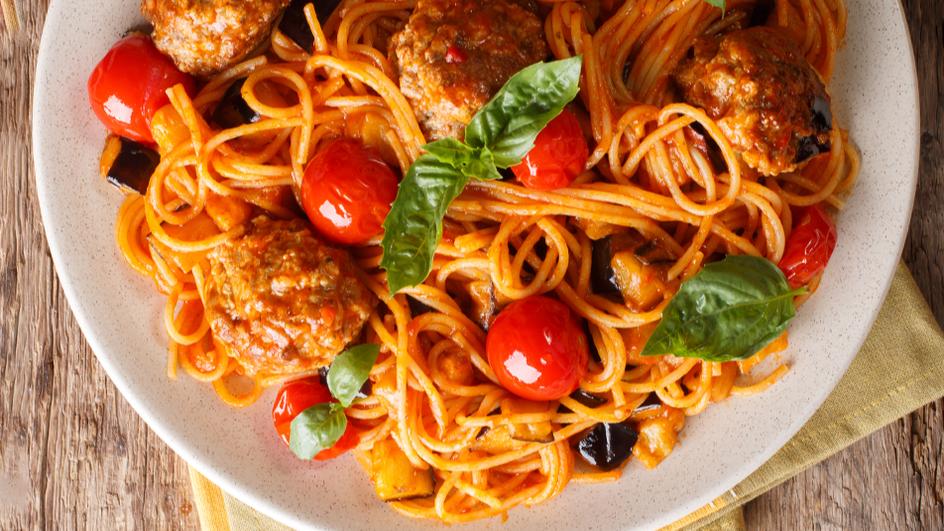 Шпагети миланезе и домашни ќофтиња