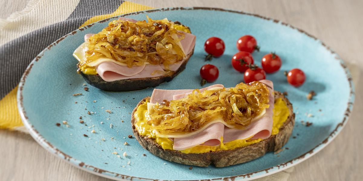 Sánduche de jamon queso y cebolla