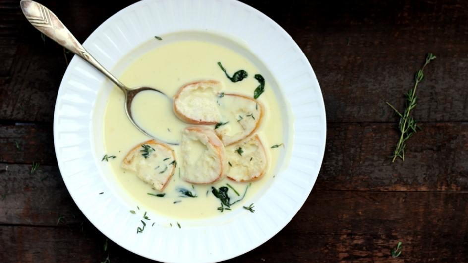 Serowa zupa neapolitańska z topionym serkiem i szpinakiem