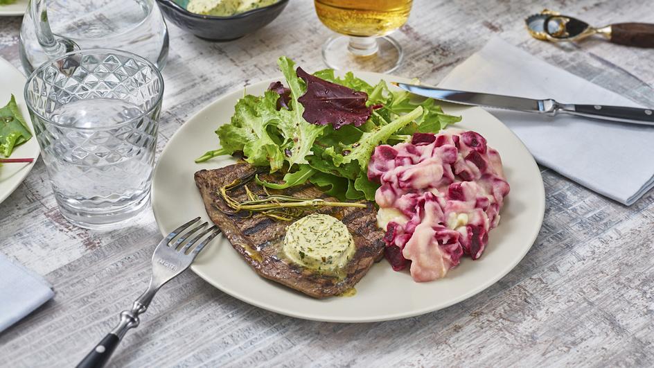 Steak mit Rote-Bete-Püree und buntem Salat