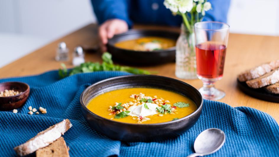 Kürbissuppe mit Zitronengras und Pinienkern-Krokant