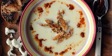 Krem kalafiorowy z pesto rosso i filetem z makreli