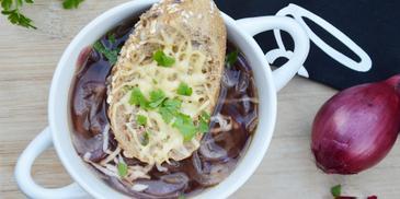 Zupa cebulowa z czerwonej cebuli z grzanką serową