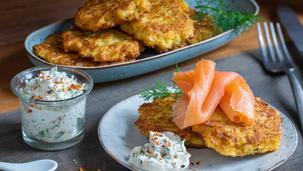 Blumenkohl-Mozzarella-Puffer mit geräuchertem Lachs