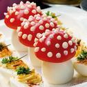 Tomatenfliegenpilze und Russische Eier auf Kartoffelsalat