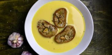 Zupa neapolitańska z domowymi grzankami i prażonymi orzechami ziemnymi