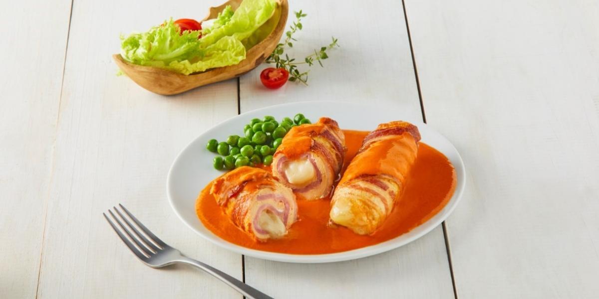 Pechuga rellena en salsa de pimiento