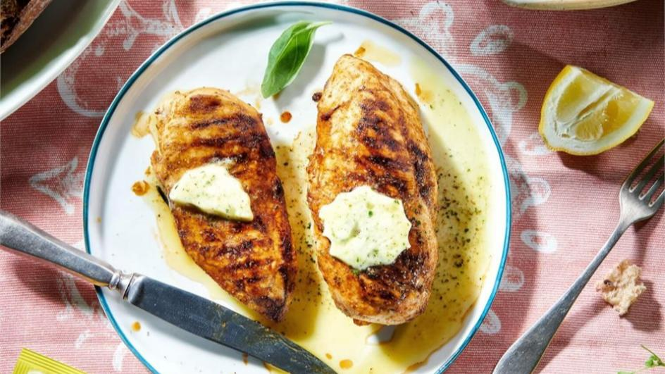 Kurczak w marynacie barbecue z ziołowym masełkiem