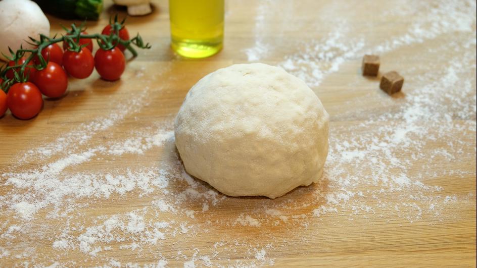 Pizzateig im Küchenhelfer