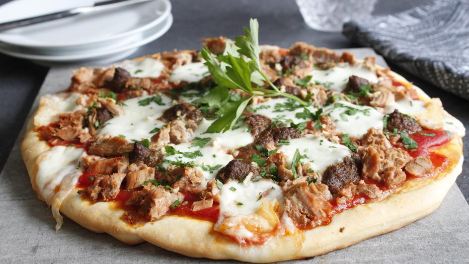 Pizza mit Thunfisch und Oliven