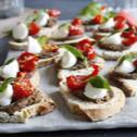 Tartines duo olives, billes de mozzarella et basilic