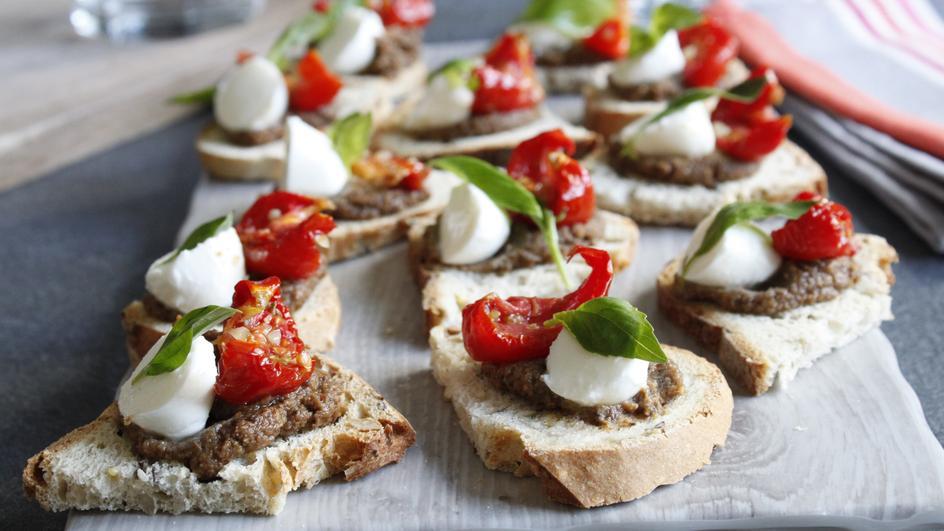 Oliven-, Mozzarella- und Basilikum-Toast