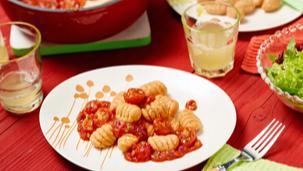 Rote Gnocchi mit Cocktailtomaten-Bolognese