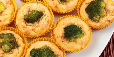 Царевични мъфини с броколи и шунка