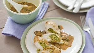 Gefüllte Pesto-Hähnchenbrust mit Jäger-Rahmsauce