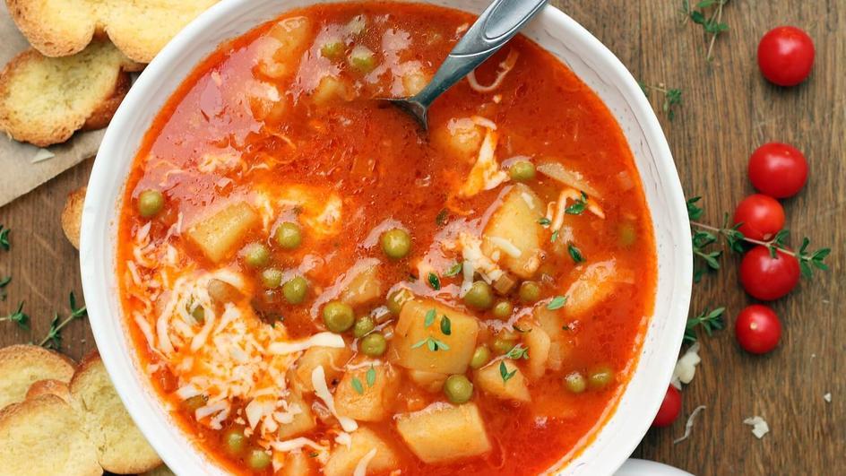 Zupa solferino z serem mozzarella i grzankami