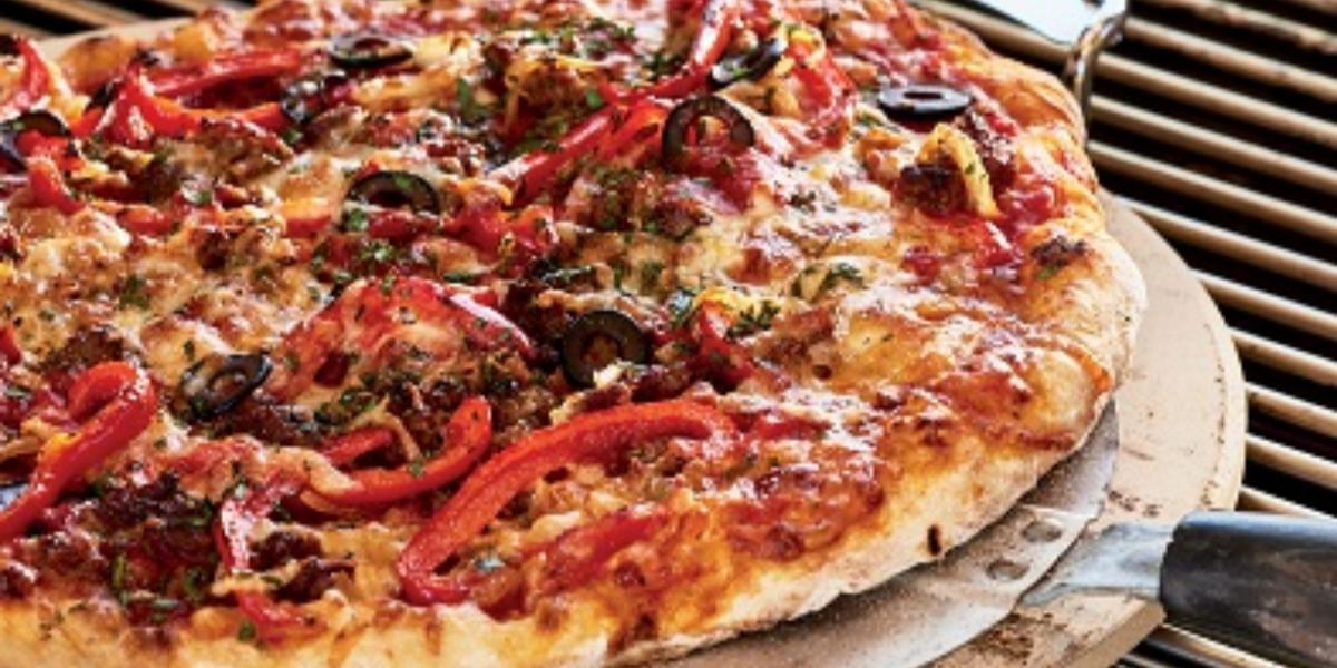 Pizza con pimientos y salchicha