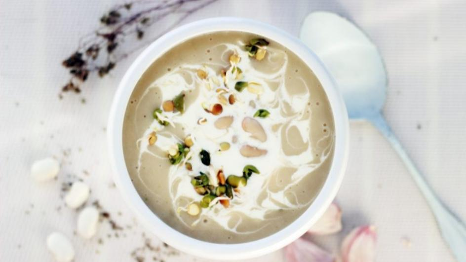Zupa z białej fasoli z białymi warzywami i kiełkami