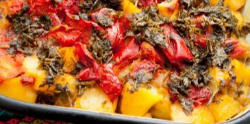 Постен гювеч с картофи, чушки, домати и магданоз