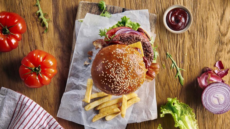 Hamburger z karmelizowaną cebulą i Sosem Amerykańskim BBQ Winiary