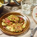 Zucchini-Nusspuffer mit Honig-Senfsauce und Granatapfel
