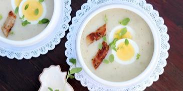 Barszcz biały ogórkowy z kiełbaską, jajkiem, śmietaną i świeżym majerankiem
