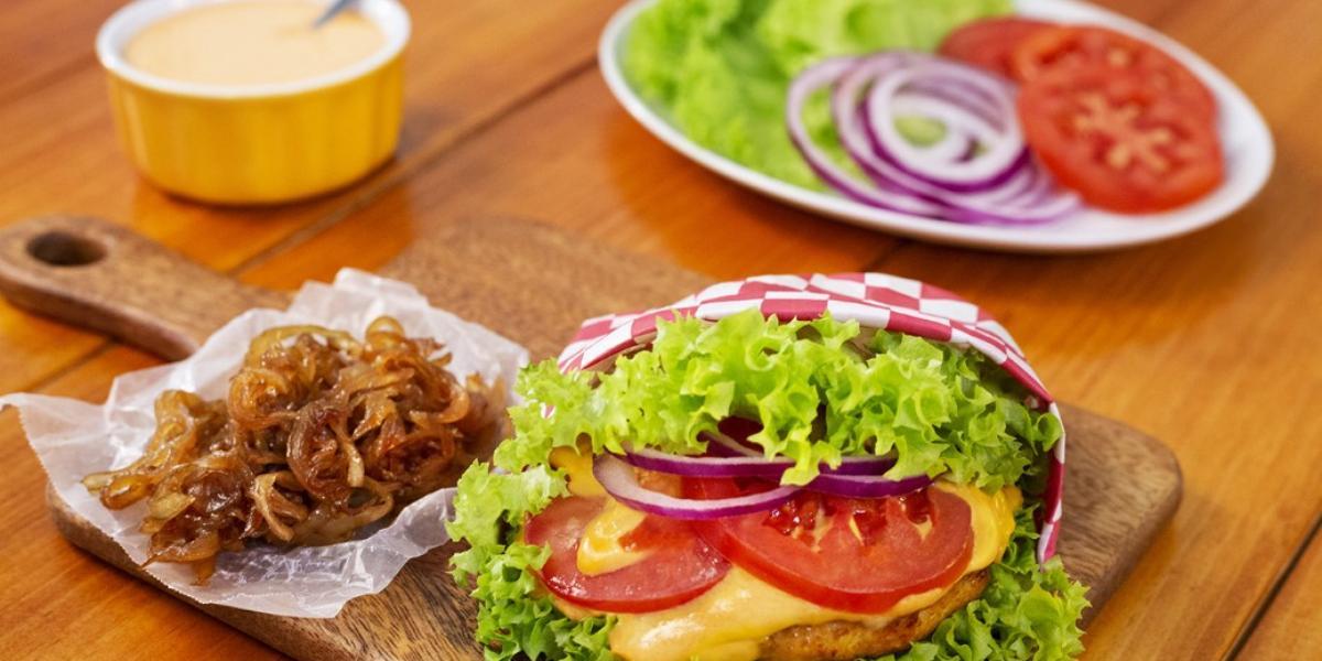 Hamburguesa de pollo con chipotle preparada con Sazonador MAGGI® JUGOSO AL SARTÉN® con Finas Hierbas.