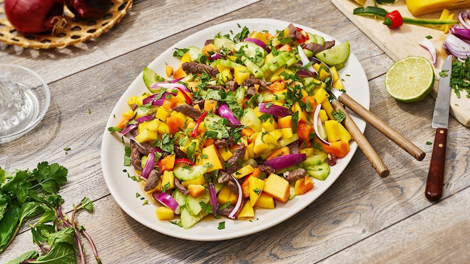 Rindfleischsalat mit Mango und Papaya