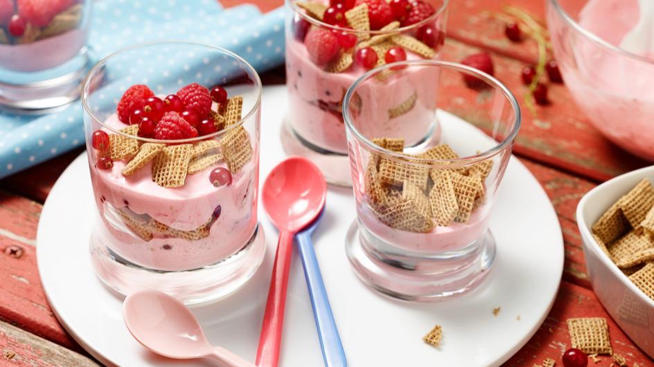 Rosa-Rotes Knusper-Joghurt-Schichtdessert