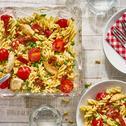 Schneller Nudelsalat mit Erbsen und Tomaten