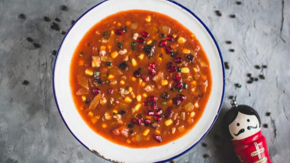 Zupa meksykańska z mięsem mielonym i granatem