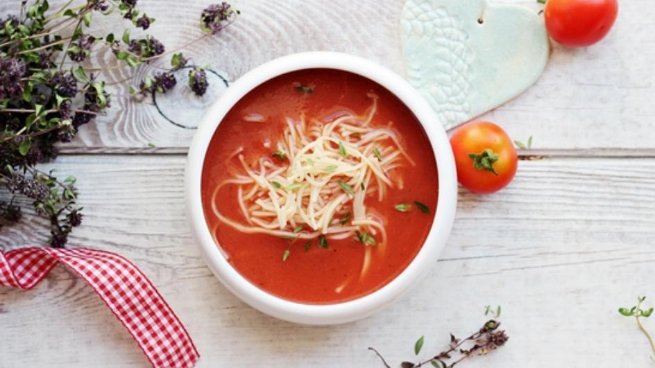 Zupa pomidorowa ze świeżych pomidorów z bazylią i dziko rosnącą macierzanką