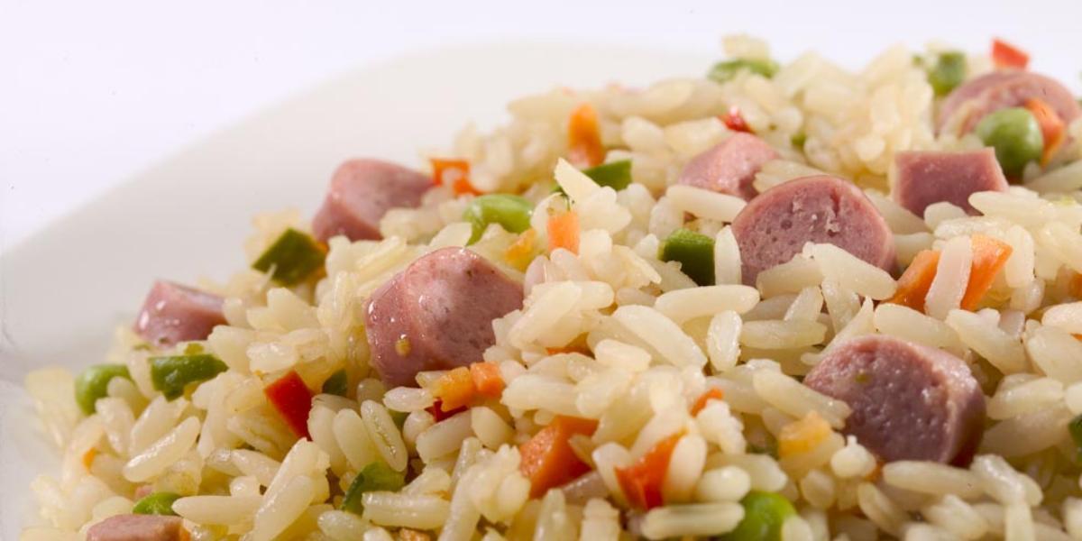 Comidas saludables con arroz y salchicha