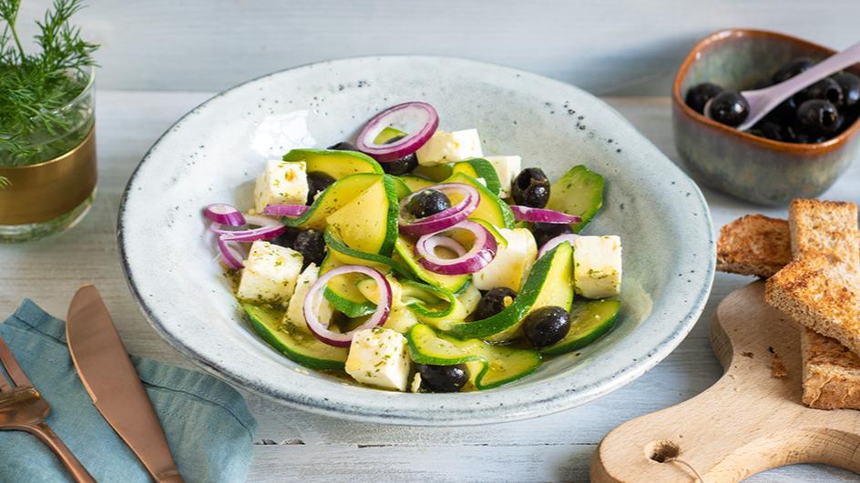 Kretischer Zucchinisalat mit Schafskäse und Oliven