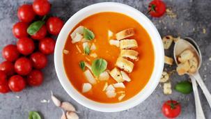 Krem pomidorowy z pieczonymi warzywami z parmezanem i grzankami