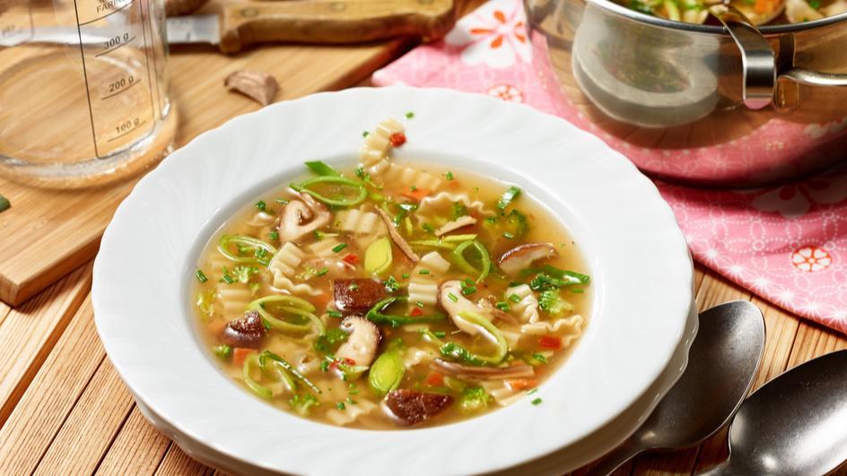 Asia Gemüse Nudelsuppe mit Shitake Pilzen