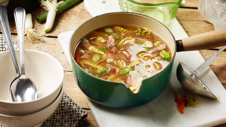 Asia Gemüse Nudelsuppe mit Rindfleisch