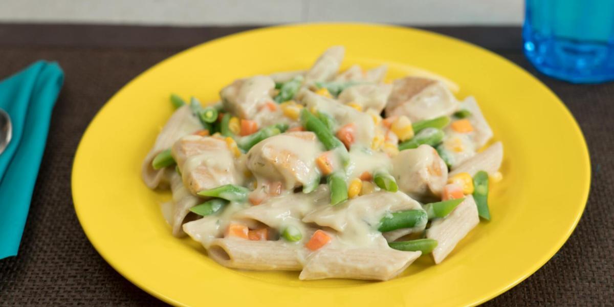 Pasta con pollo y vegetales en salsa de champiñón