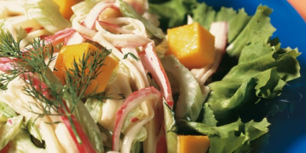 Salada de escarola com salsão, manga e kani kama e molho de iogurte.
