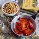 Zupa z ciecierzycy z pieczoną papryką i kozim serem