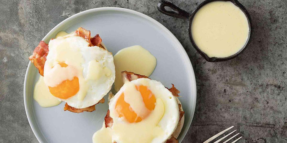 Huevos con tocineta y salsa de queso